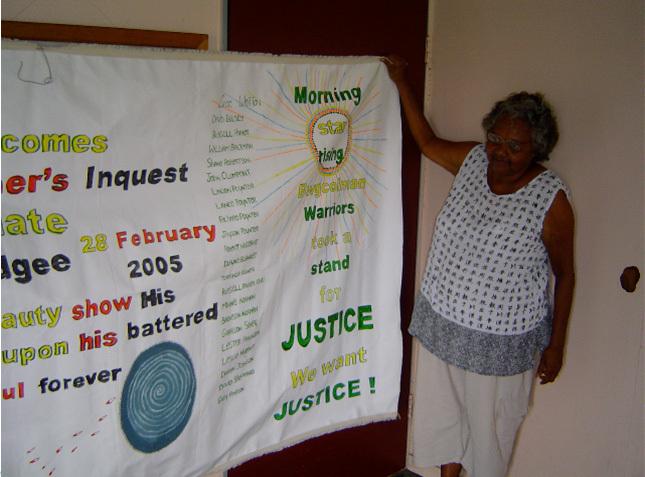 Agnès Wotton, auteure de la bannière pour soutenir les Aborigènes accusés de l'émeute, Palm Island, 2005